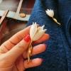 พร้อมส่ง เข็มกลัดดอกไม้สีขาว ขนาด 7.5*2.8 ซม.