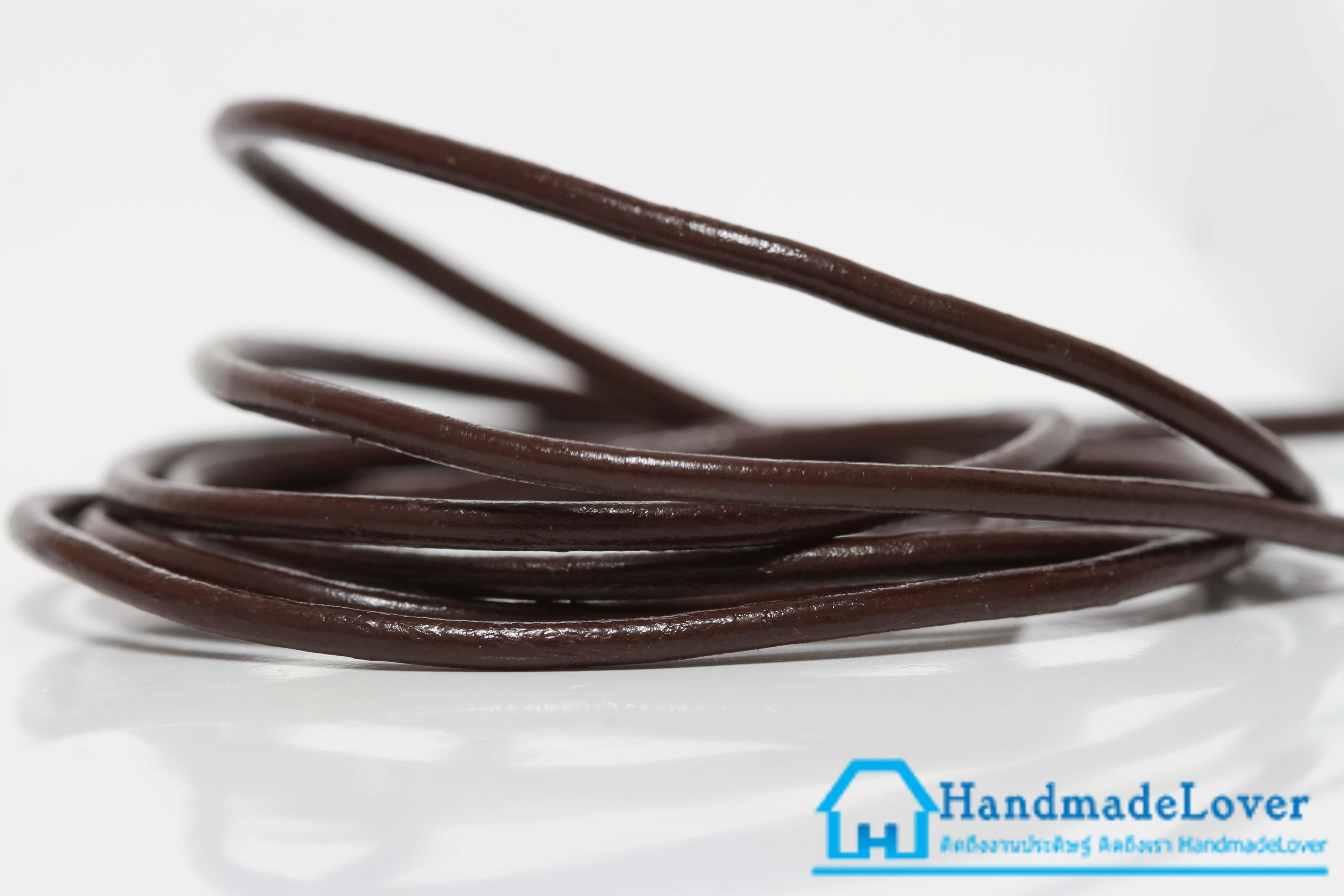 เชือกหนังกลม ผิวมัน สีน้ำตาลไหม้ ขนาด กว้าง 1.5 mm.